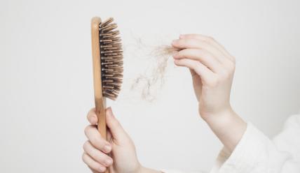 Wypadanie i problemy z włosami w cukrzycy